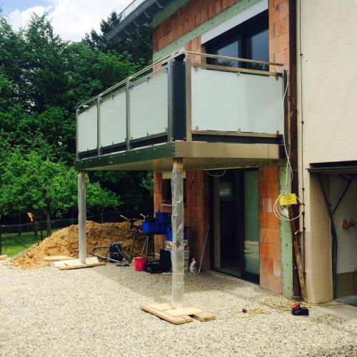 Balkonbrüstung Edelstahl-Glas-Alu pulverbeschichtet